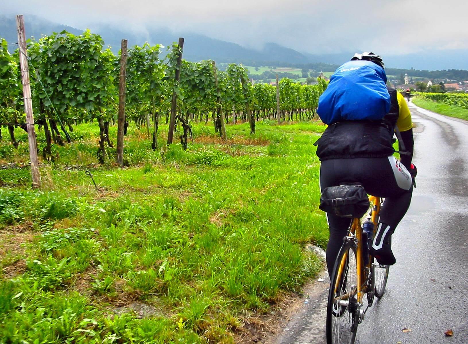 Fahrradfahrer mit seinem Rucksack auf dem Rücken