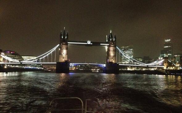 Ausblick auf die Tower Bridge bei nächtlicher Fahrt mit dem River Bus