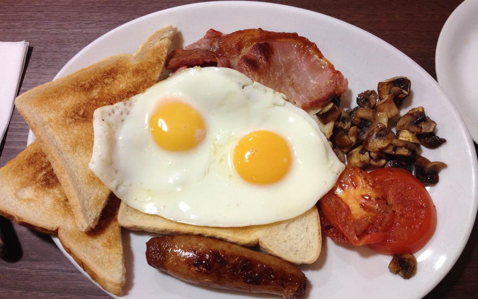 English Breakfast mit Spiegelei und Bacon