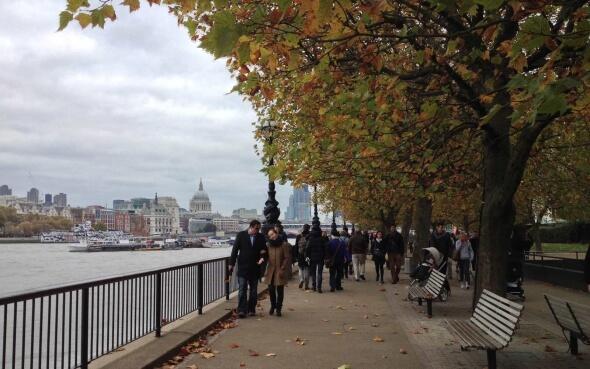 Uferpromenade der Themse im Herbst in London