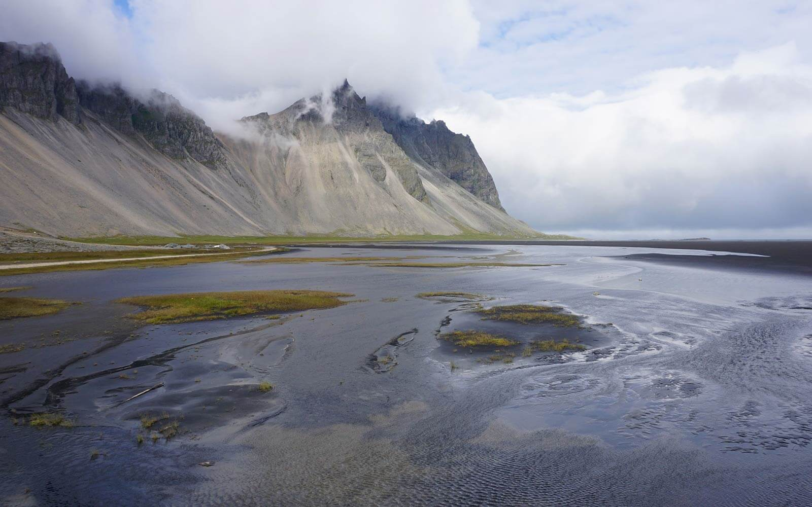 Strand und Klippen in Island