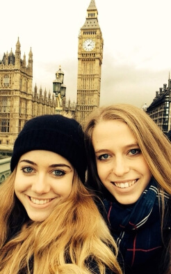 Linda und Luisa vor dem Big Ben in London