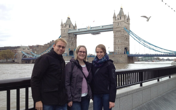 Luisa mit Freunden vor der Tower Bridge in London
