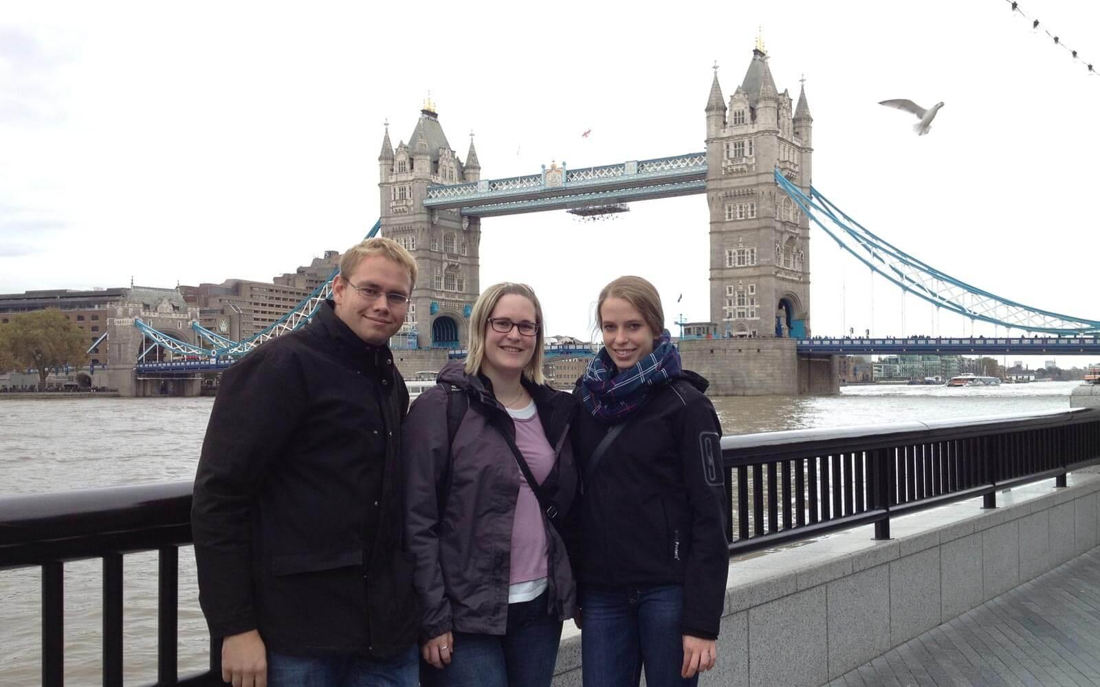 Luisa mit Freunden vor der Tower Bridge in London