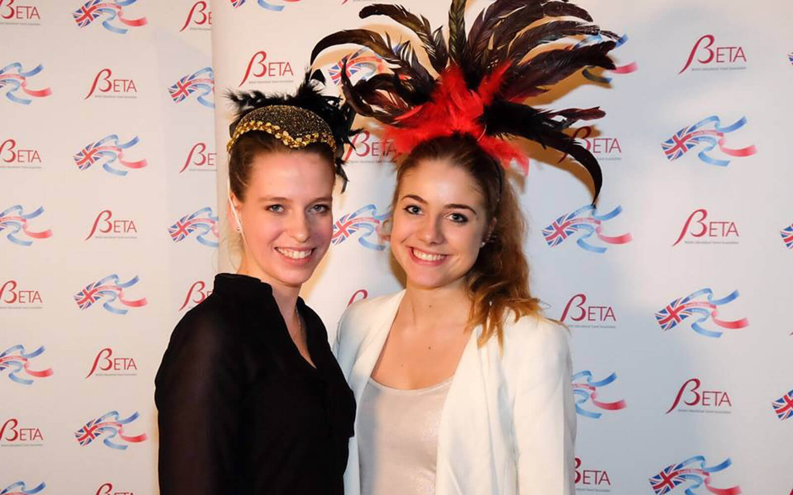 Luisa und Mitpraktikantin Linda bei den »British Youth Travel Awards«