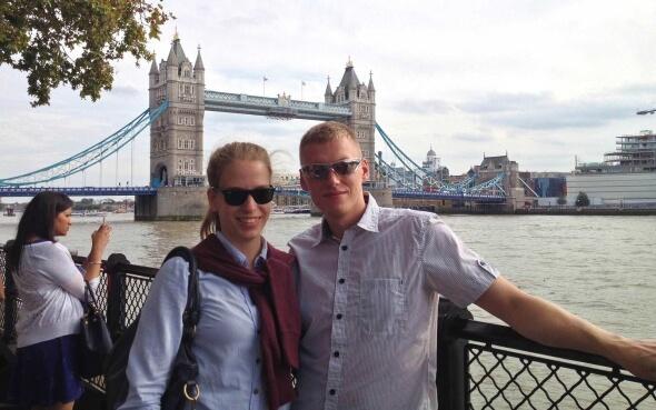 Luisa und ihr Freund vor der Tower Bridge in London
