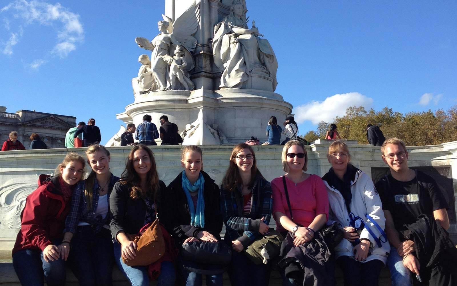 Luisas und Freunde am Victoria Memorial Monument in London
