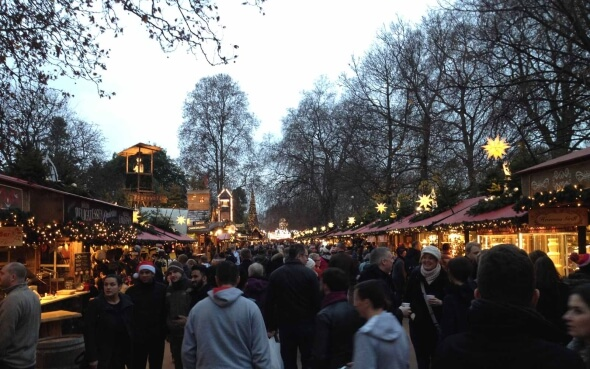 Menschenmengen im Winter Wonderland im Hyde Park in London