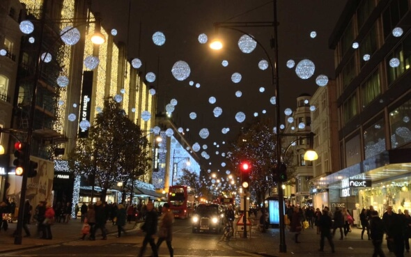 Weihnachtsbeleuchtung auf der Oxford Street in London