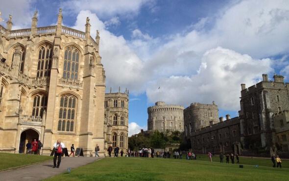 Parkanlage Windsor Castle bei blauem Himmel
