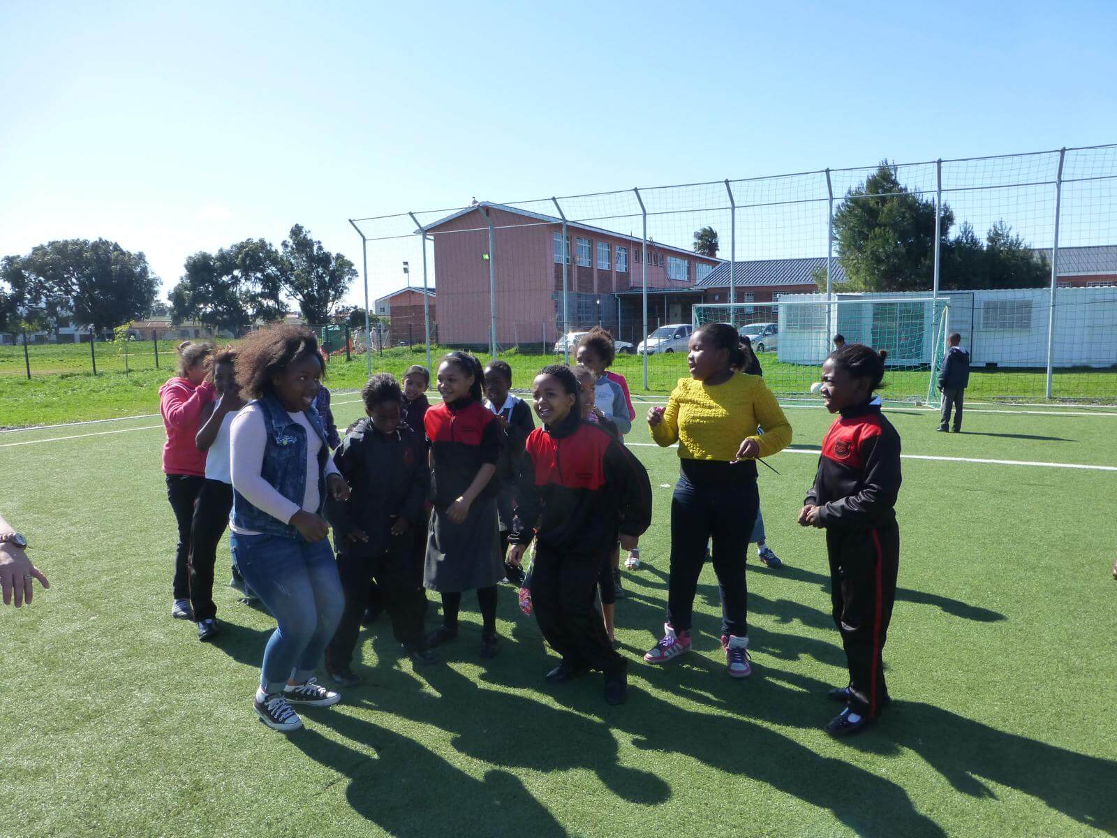 Lara beim Amazing Race Fußball-Projekt