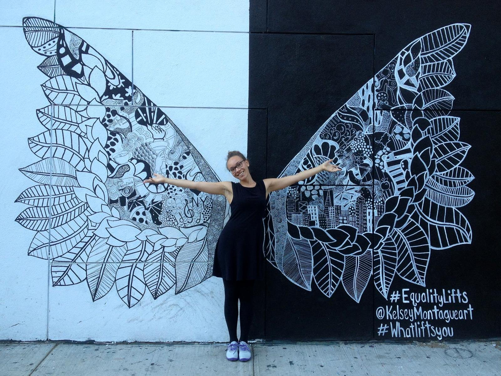 Malina vor Street Art-Schmetterling in New York