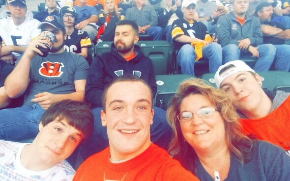 Austauschschüler Daniel mit seiner Gastfamilie im Football-Stadion