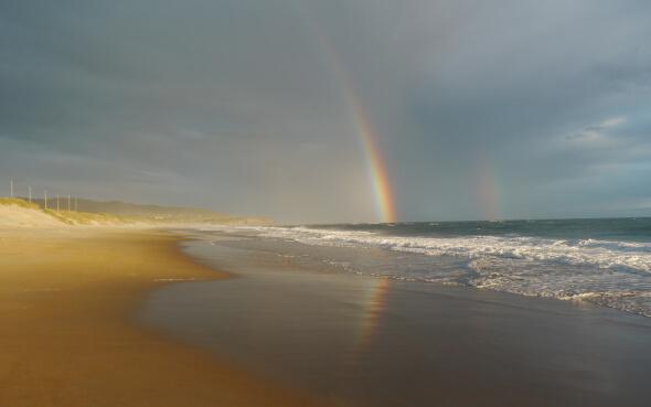 Doppelter Regenbogen am Strand von Dundine