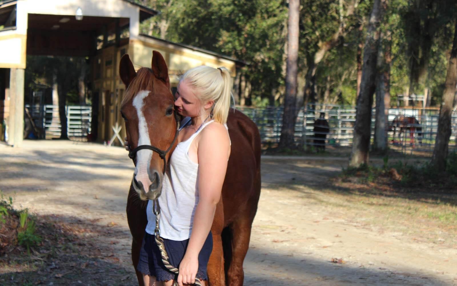 Franziska mit einem Pferd auf der Mustangfarm in Florida