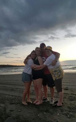 Myrna und ihre Gastfamilie Weihnachten am Strand in Neuseeland