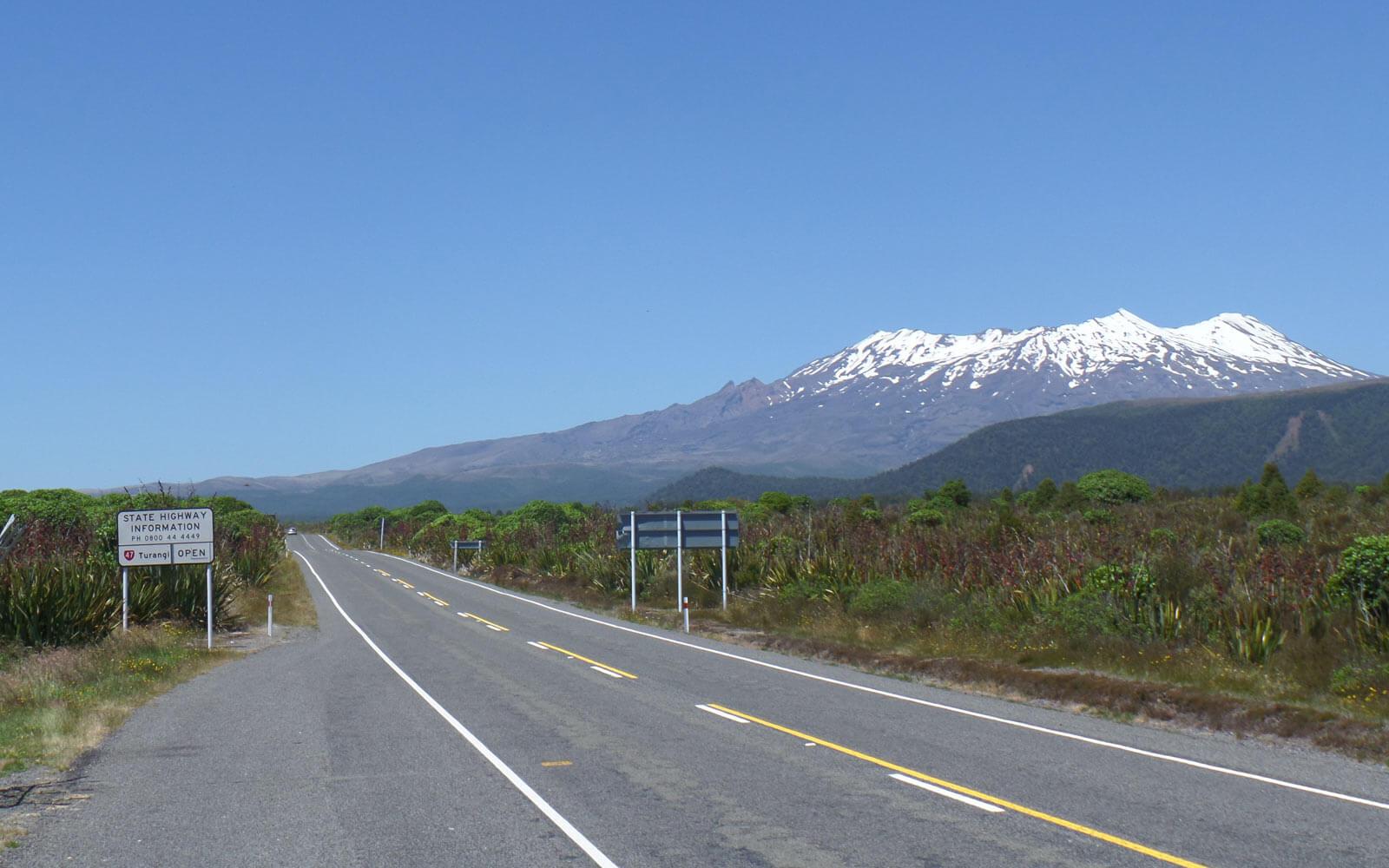 Straße zum Tongario Nationalpark mit Blick auf Mt Ruapehu