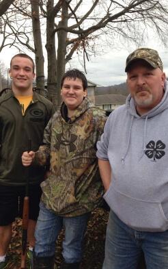 Stipendiat Daniel mit Gastonkel und Farmnachbar in Ohio