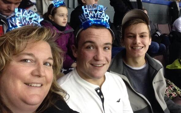Stipendiat Daniel mit Gastmutter und bestem Freund beim Eishockeyspiel in den USA
