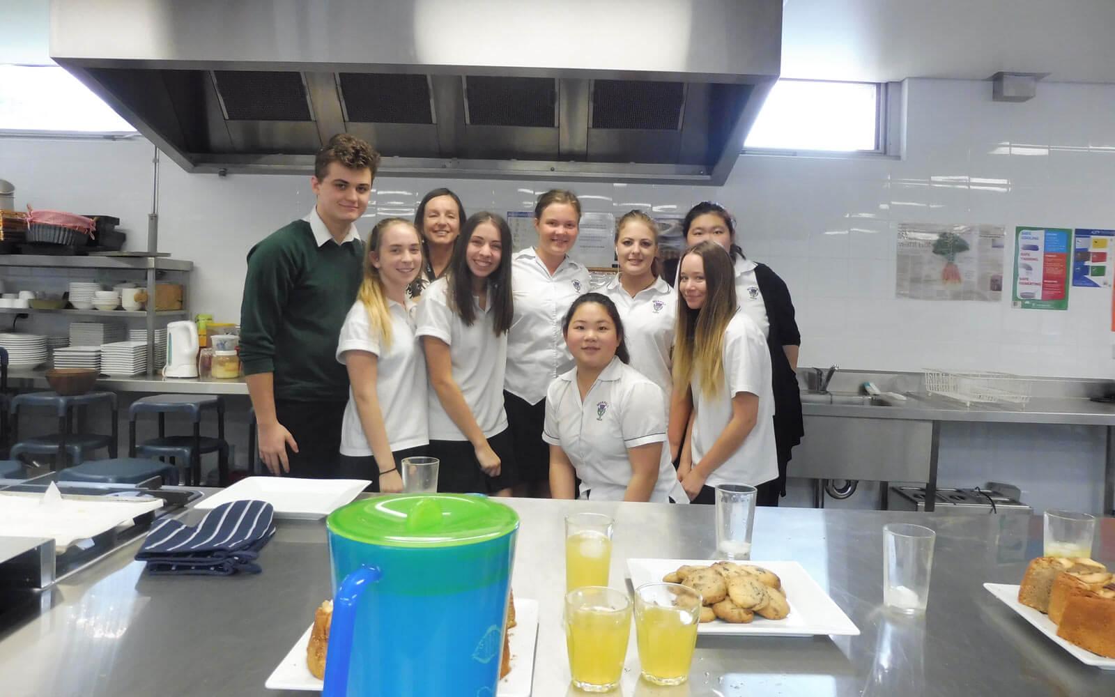 Stipendiatin Lara und ihre Schulfreunde bei einer Cooking Lesson