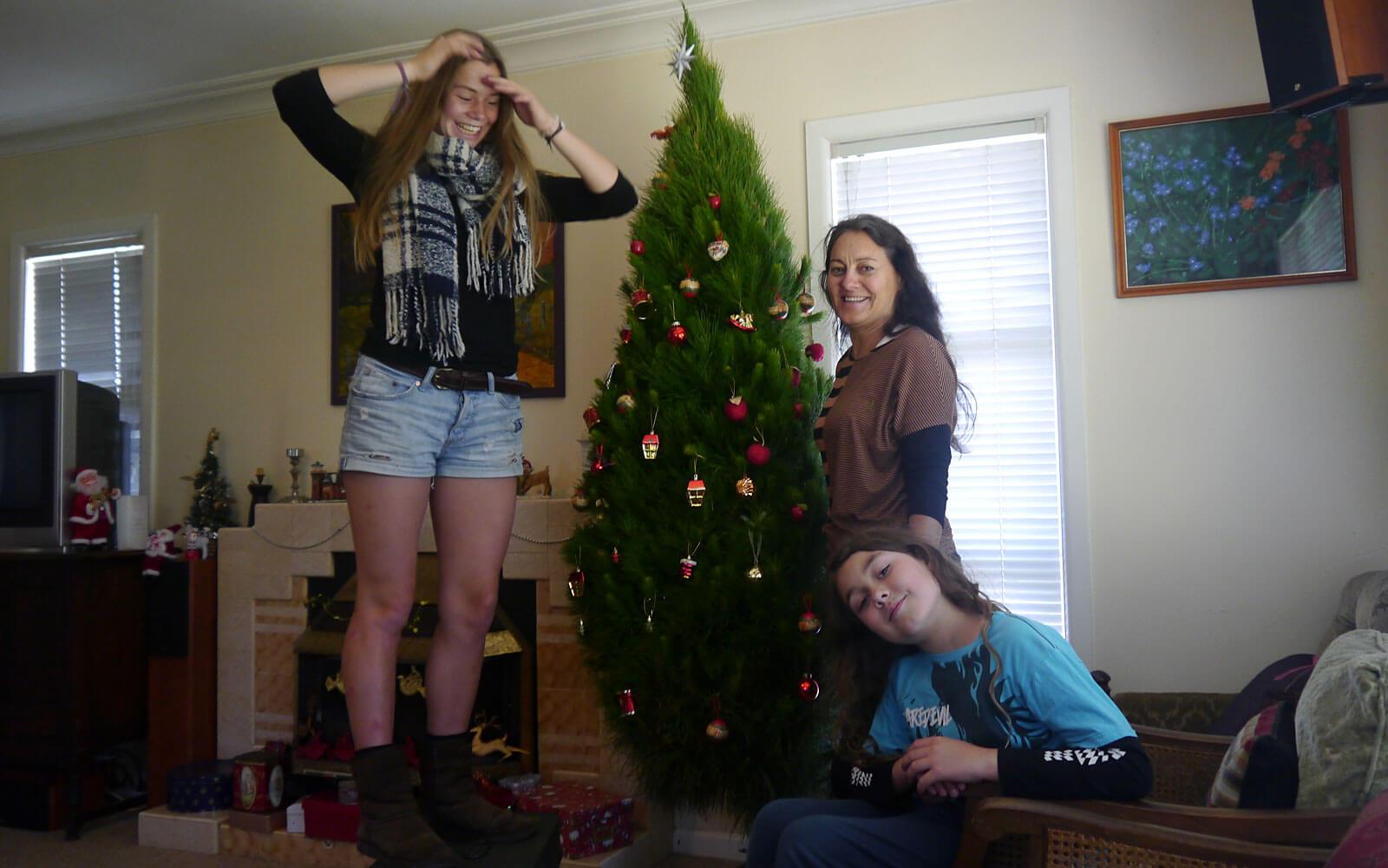 Stipendiatin Miriam schmückt den Weihnachtsbaum in Neuseeland