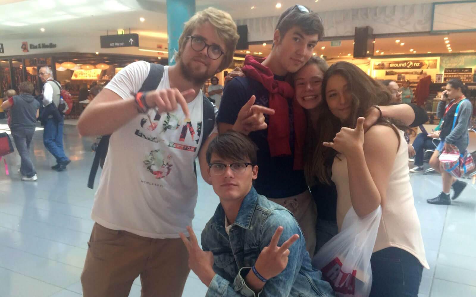 Abschiednehmen von Freunden am Flughafen in Neuseeland