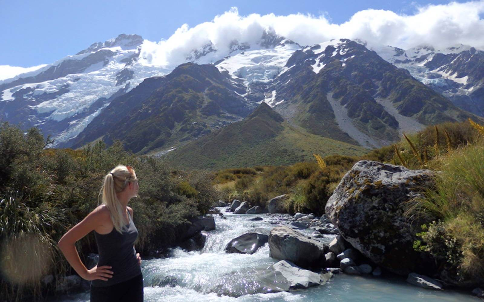 Annie bewundert die Südinsel am Mt. Cook