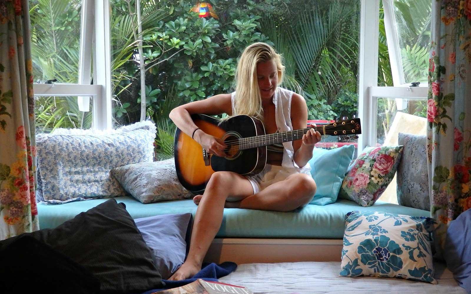 Annie spielt Gitarre in Neuseeland