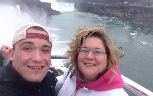 Daniel und seine Gastmutter bei den Niagarafällen