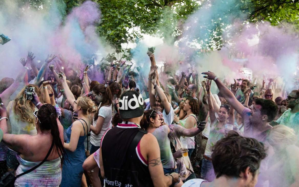 3. Holi Colors Festival Bonn: Farbrausch zwischen Campervans & Retro-Wohnwagen