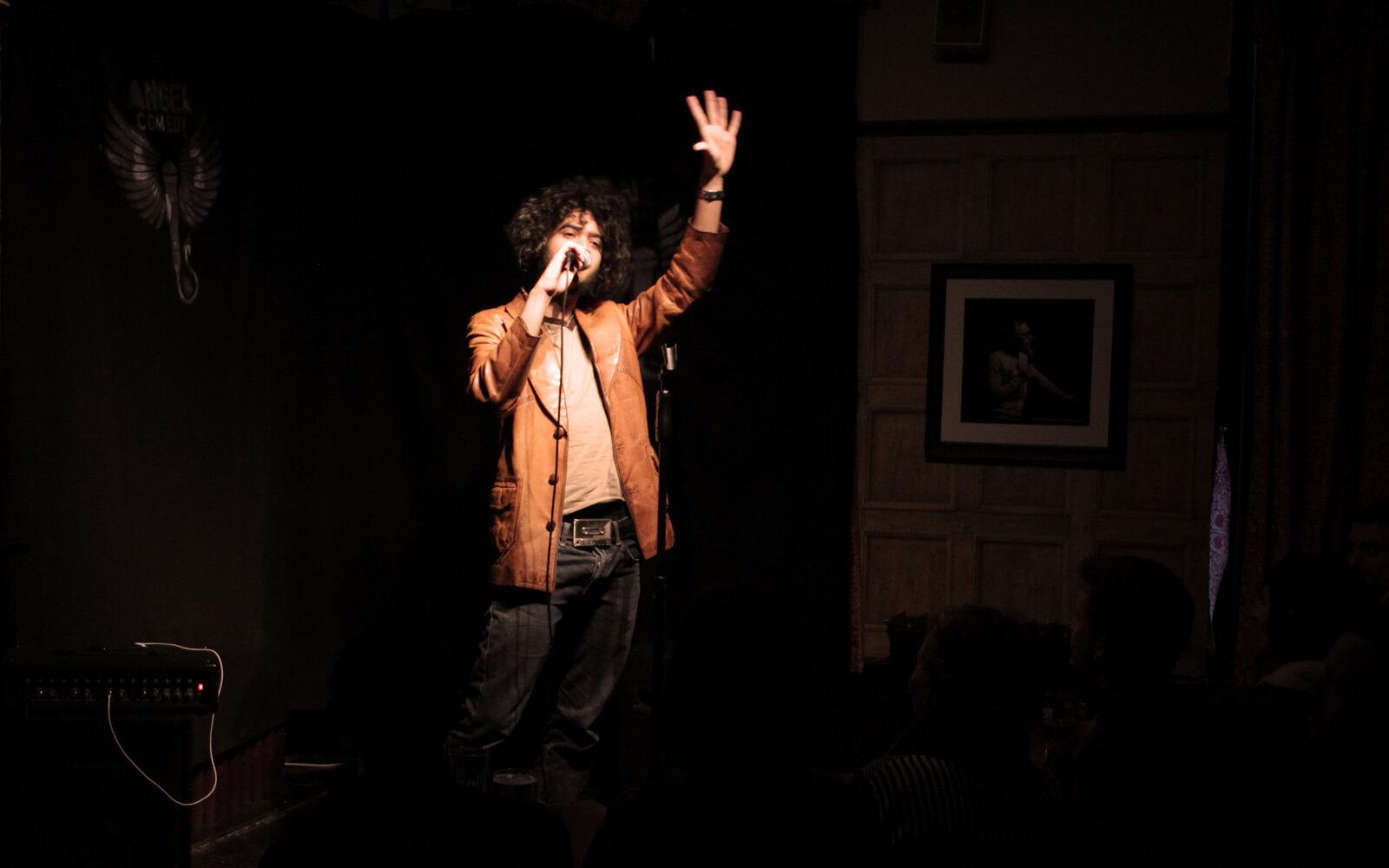 Sparen in London: Angel Comedy Club - Comedian auf der Bühne