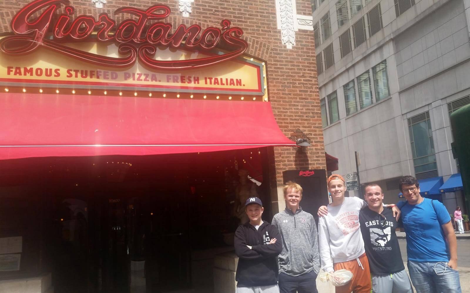 Austauschschüler vor Giordano's Deep Dish Pizza in Chicago