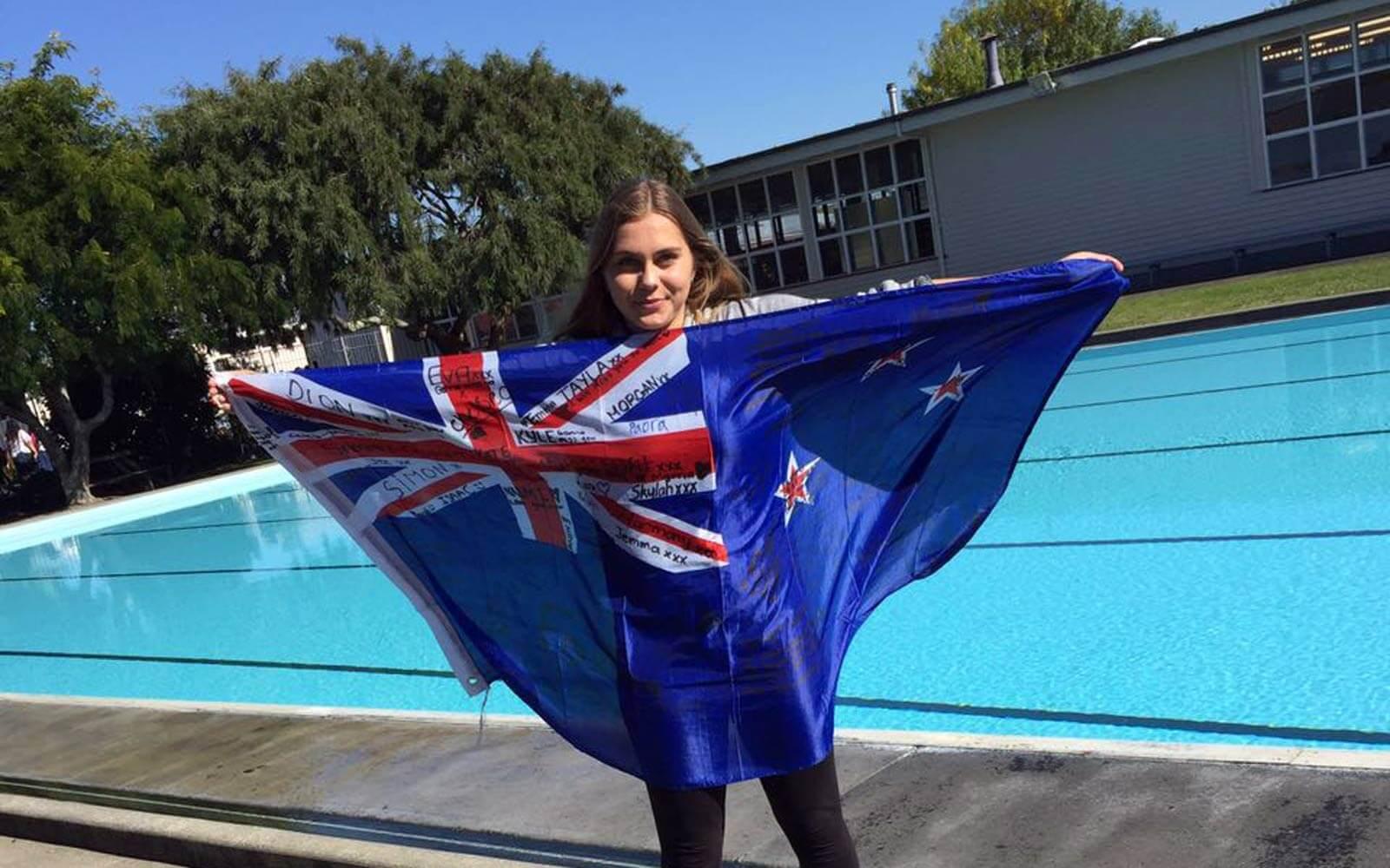 Myrna mit neuseeländischer Flagge am Pool