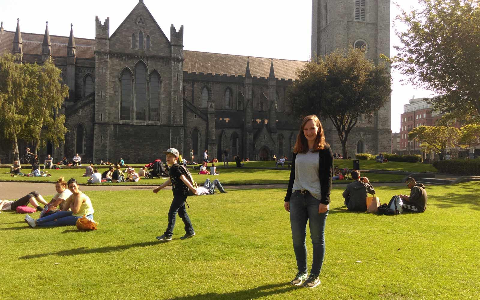 Maren vor der St. Patrick's Cathedral in Dublin