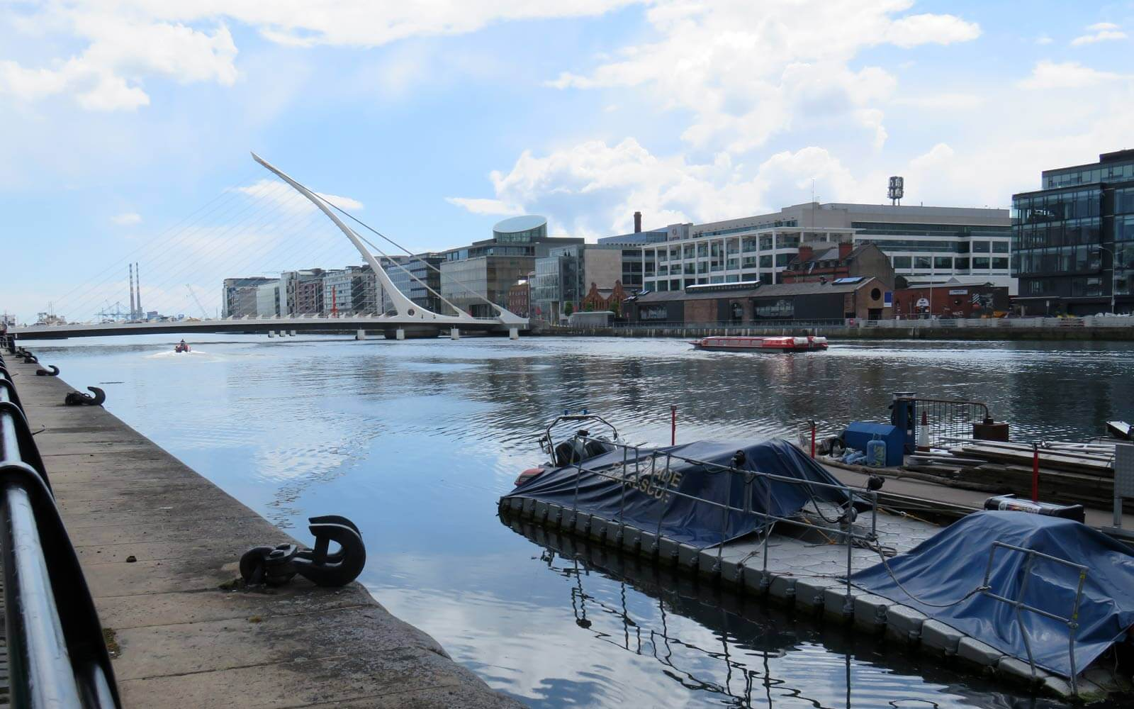 River Liffey mit Samuel Beckett Bridge in Dublin