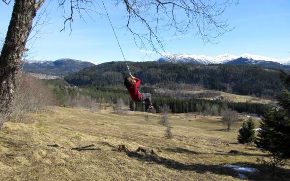 Silja auf einer Schaukel in Norwegen