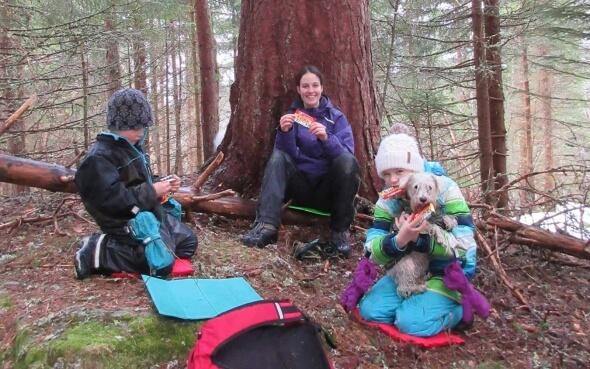 Silja mit Kindern im Wald