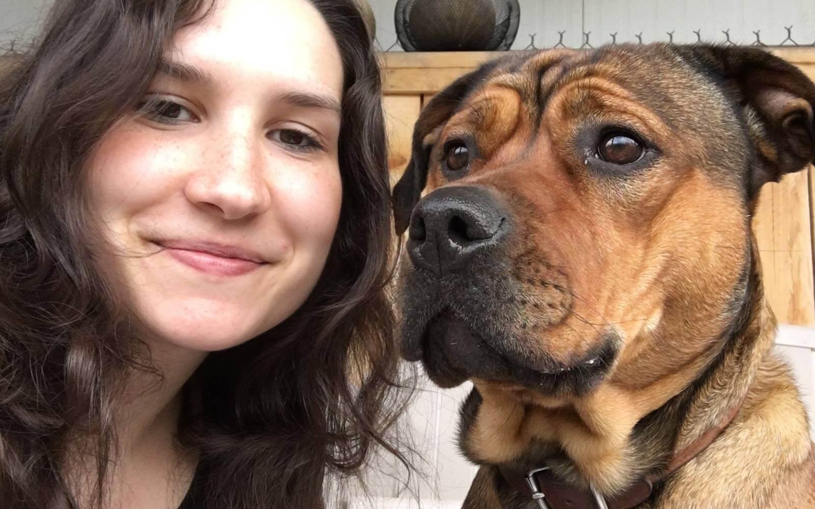 Desiree-mit-Hund-Raja-im-Tierschutzprojekt