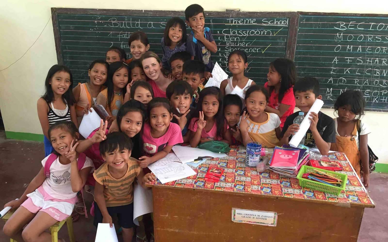 Ella unterrichtet Kinder auf den Philippinen