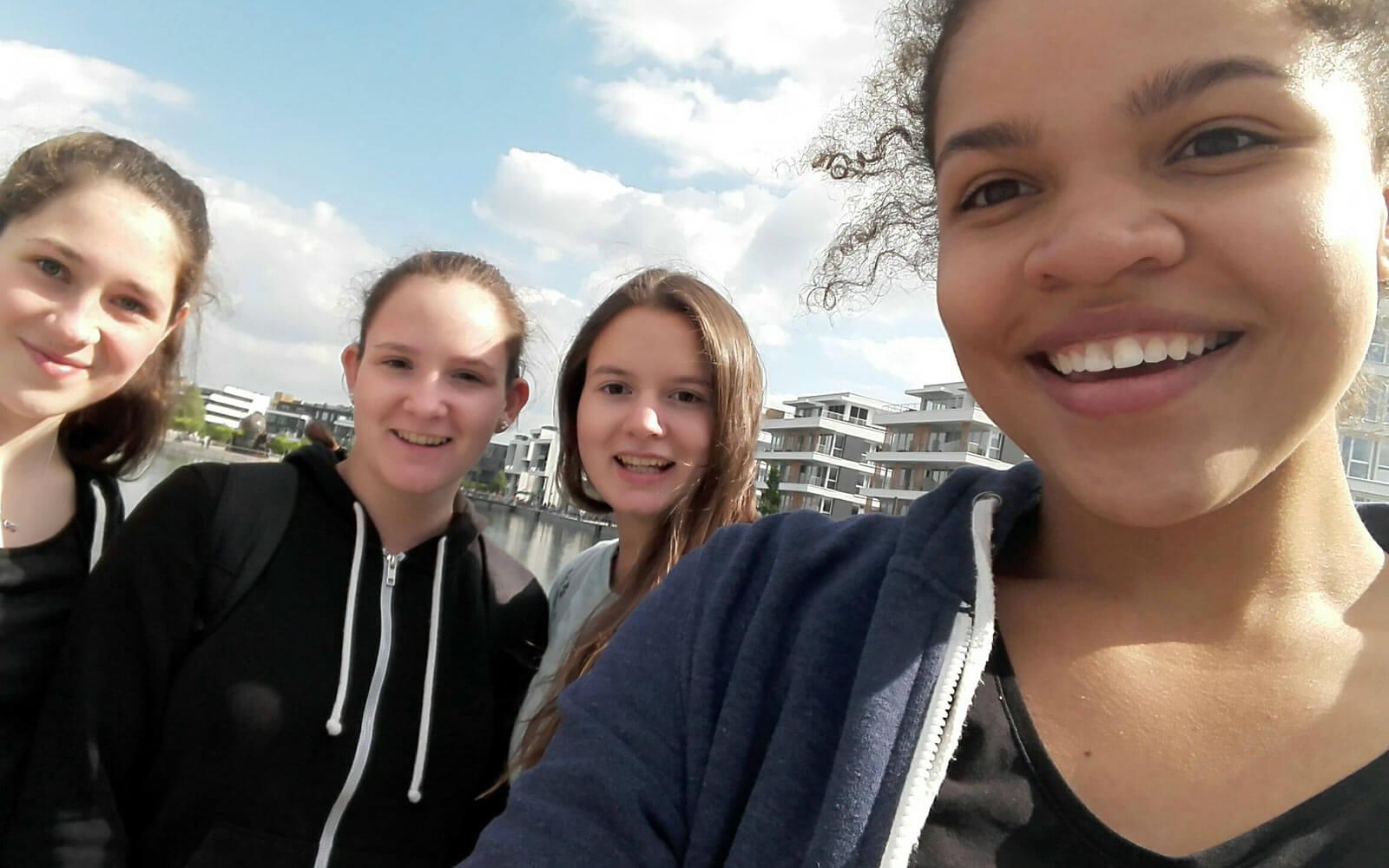 Fabienne unterwegs mit ihren Freundinnen