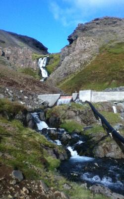 Selbstgebaute Dammanlage zur Stromversorgung in Island