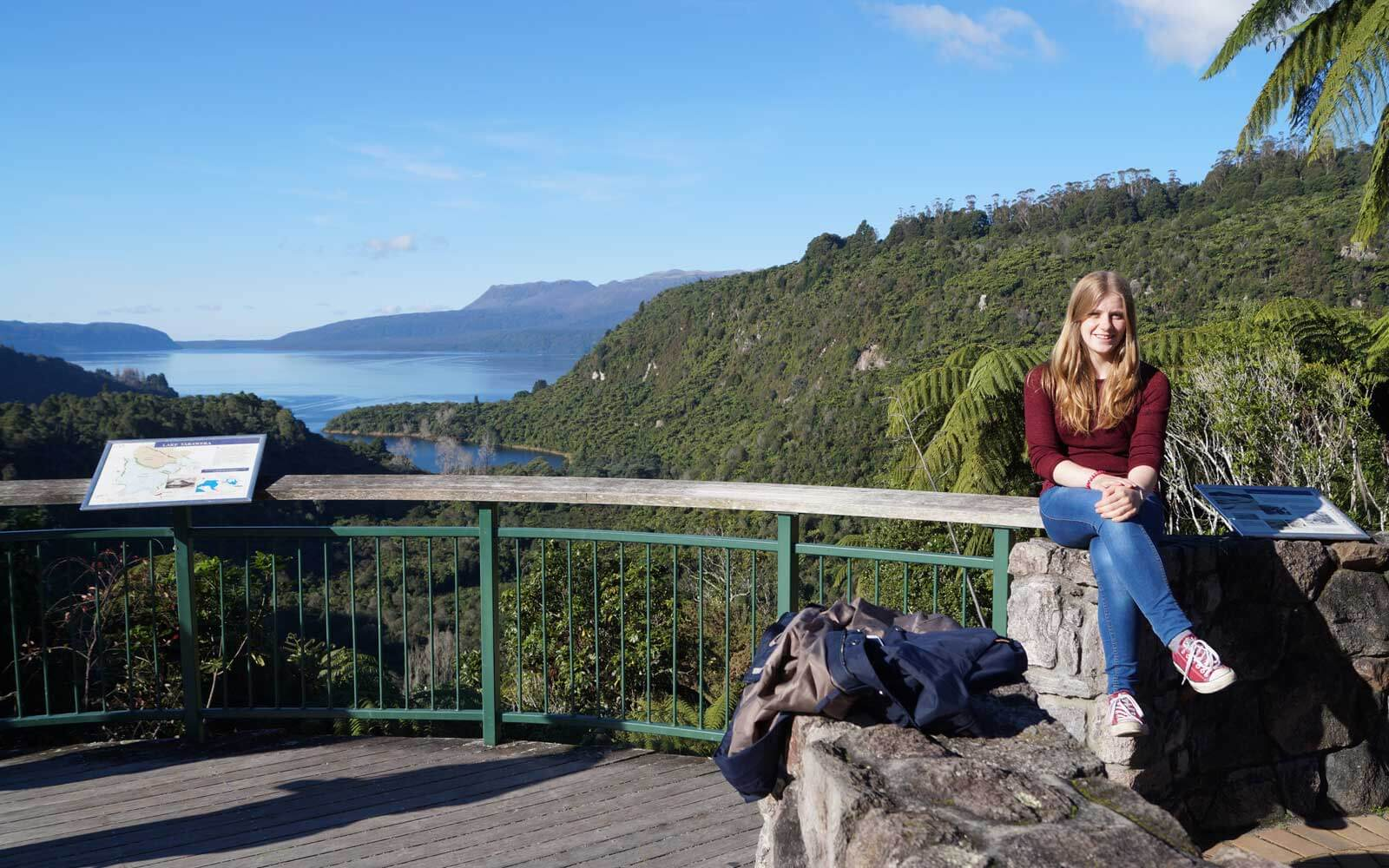 Lena am Lake Tarawera in Neuseeland