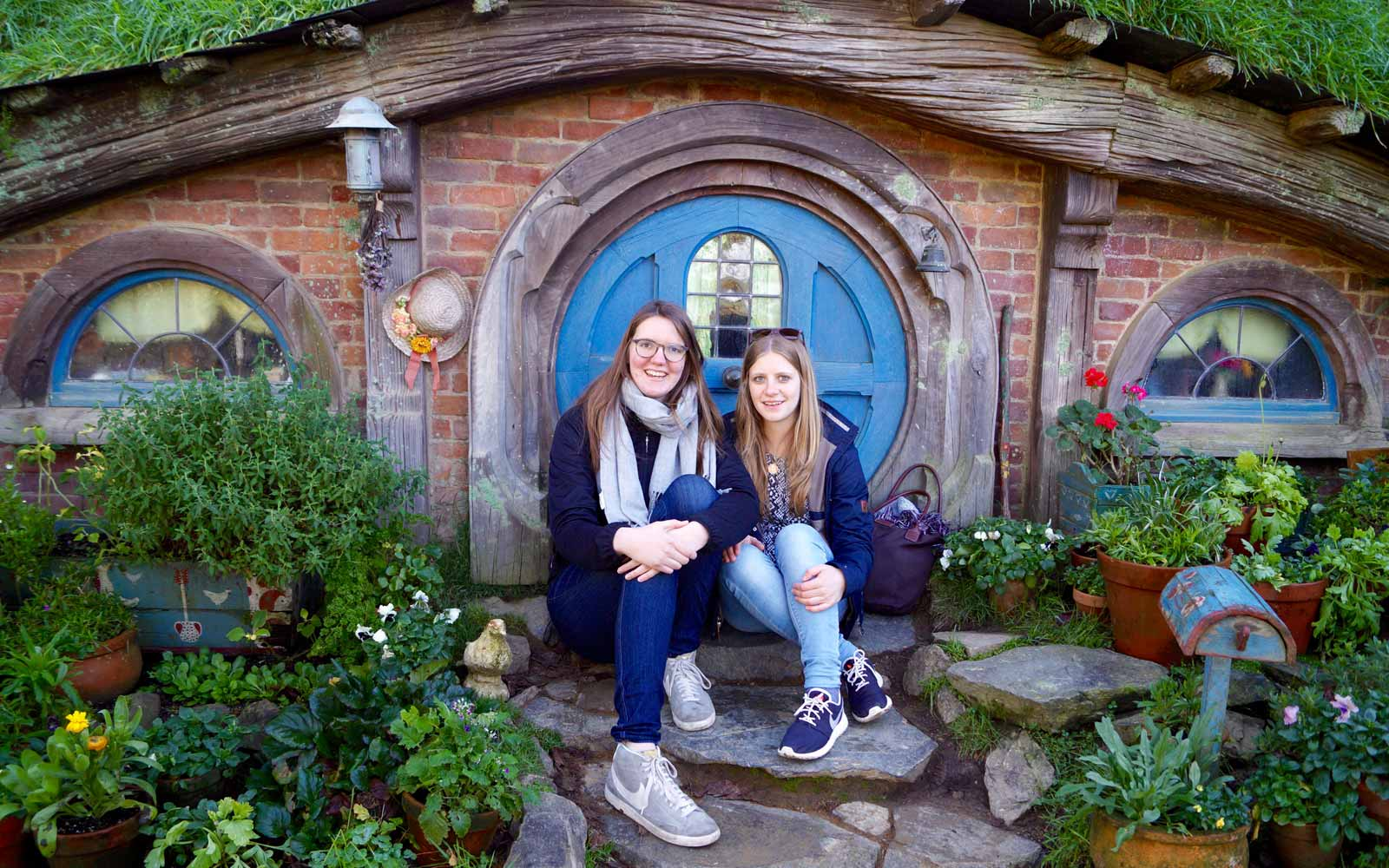 Lena mit Freundin in Hobbiton