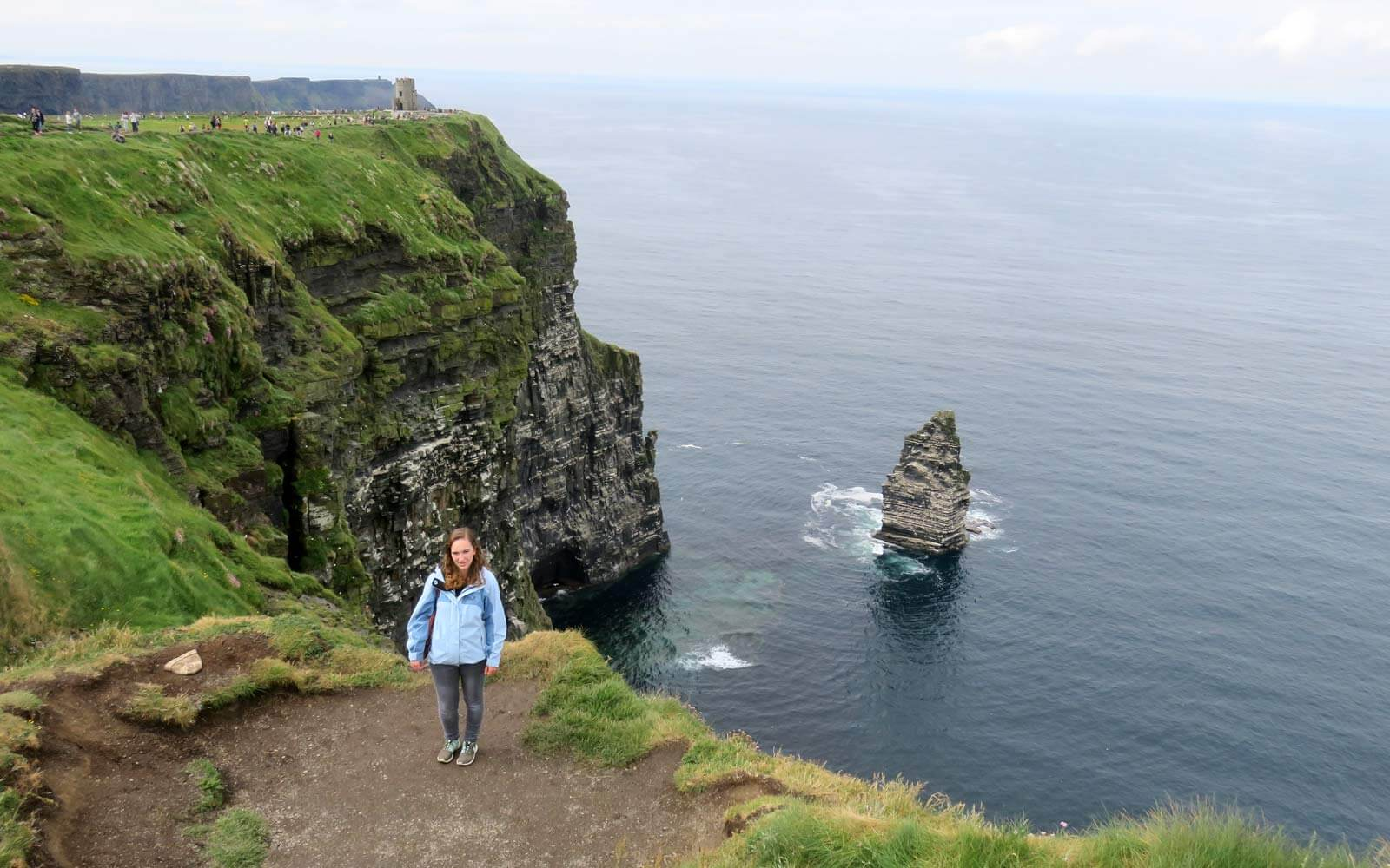 Maren an den Cliffs of Moher mit Blick zum O'Brien's Tower