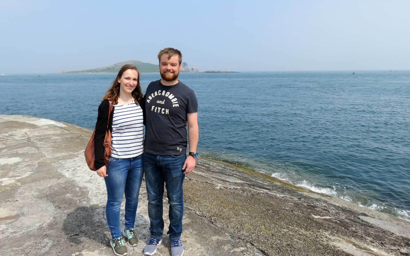 Maren und ihr Freund mit Blick auf Ireland's Eye