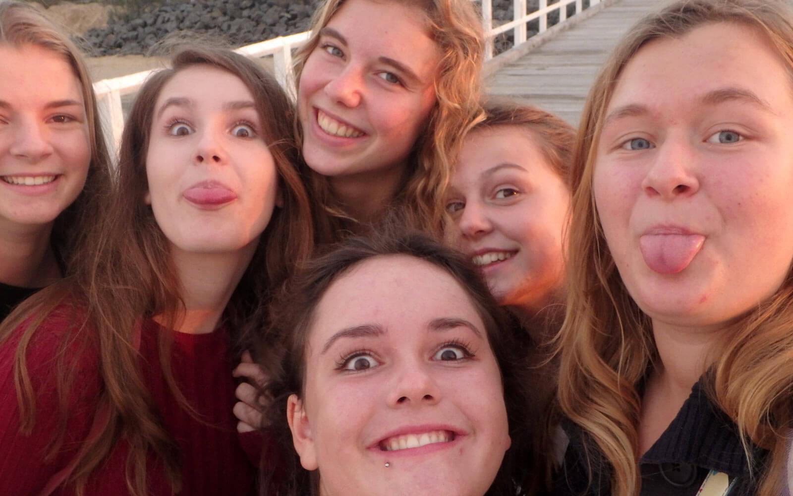 6 Freundinnen machen Grimassen-Selfie
