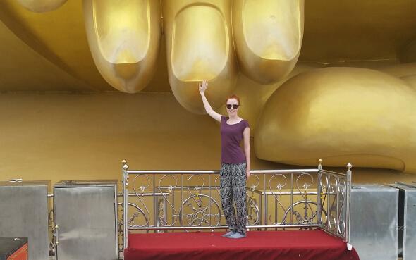 Verena und der Giant Buddha in Ayutaya, Thailand