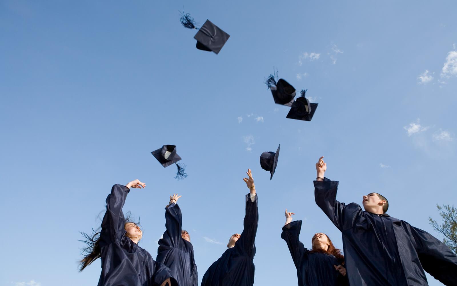 Ein Auslandsjahr nach dem Abi – Amerikanische Schüler werfen ihre Hüte in die Luft