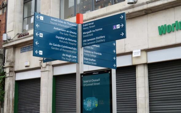 Zweisprachiges Hinweisschild Dublin
