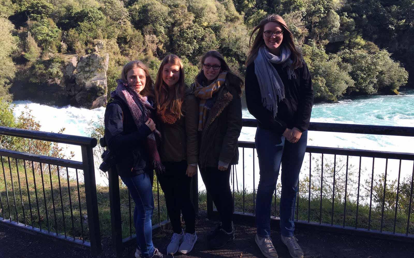 Reisegruppe bei den Huka Falls in Neuseeland